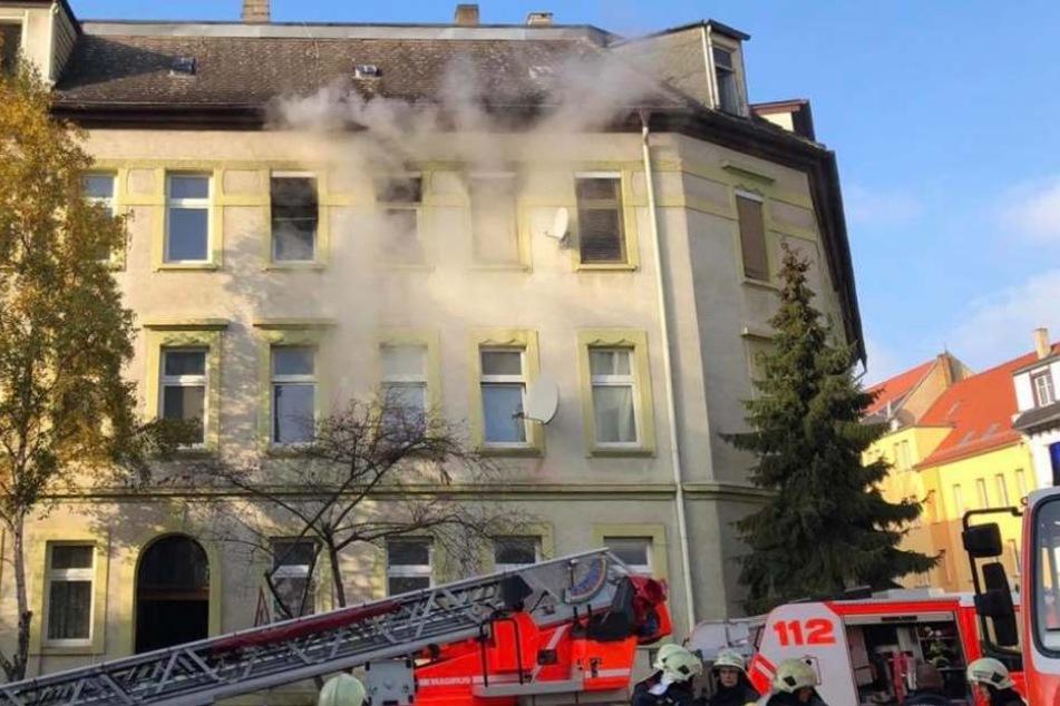 In diesem Haus in der Geißlerstraße brach am Samstagvormittag ein Feuer aus. In der betroffenen Wohnung wurde später die Leiche eines Mannes gefunden, der nun identifiziert wurde.