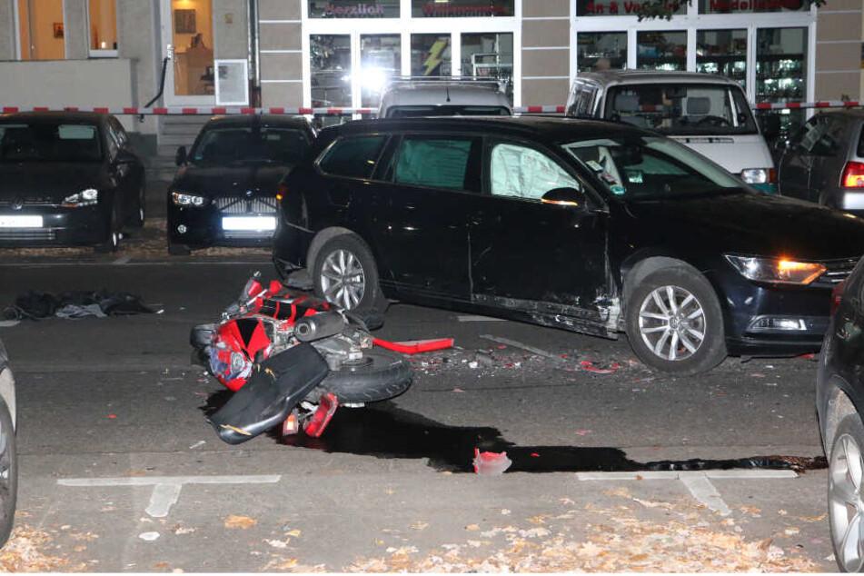 Tödlicher Unfall: Biker prallt gegen Auto, das gerade ausparken will