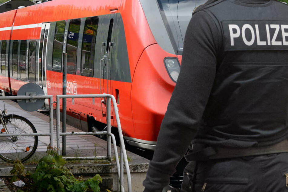 Sexuelle Belästigung im Zug: Junge Frau dreist an die Brust gefasst