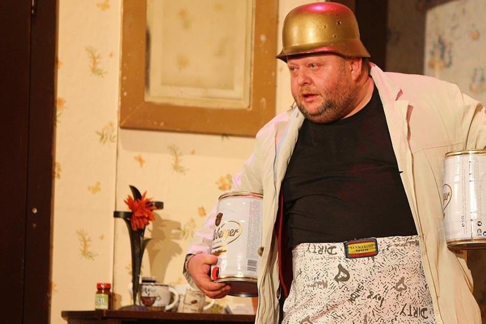"""Diesmal tanzt Peter Flache (47) auf seiner eigenen Hochzeit - im Stück geht  """"Backe"""" auf Urlaubsreise."""
