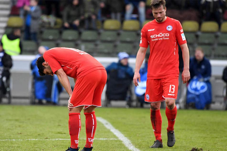 Die Bielefelder Stephan Salger (li.) und Julian Börner nach der 2:3-Niederlage im Wildparkstadion in Karlsruhe.