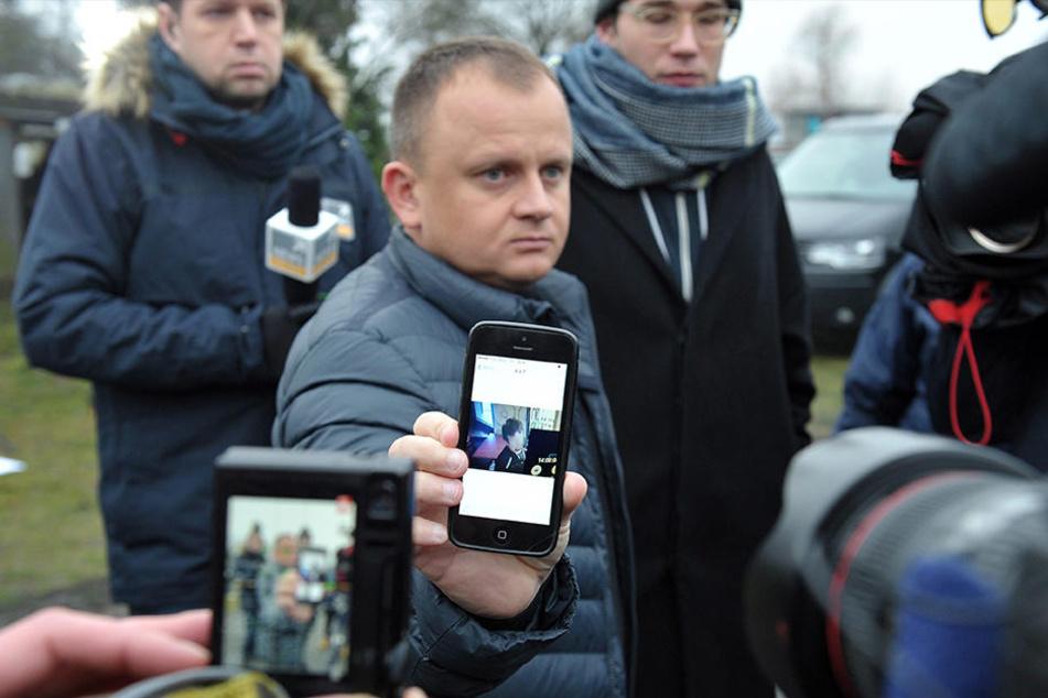 Der polnische Speditionsbesitzer Ariel Zurawski zeigt Journalisten ein Foto seines Cousins auf seinem Handy, das nur wenige Stunden vor dessen Tod aufgenommen wurde.