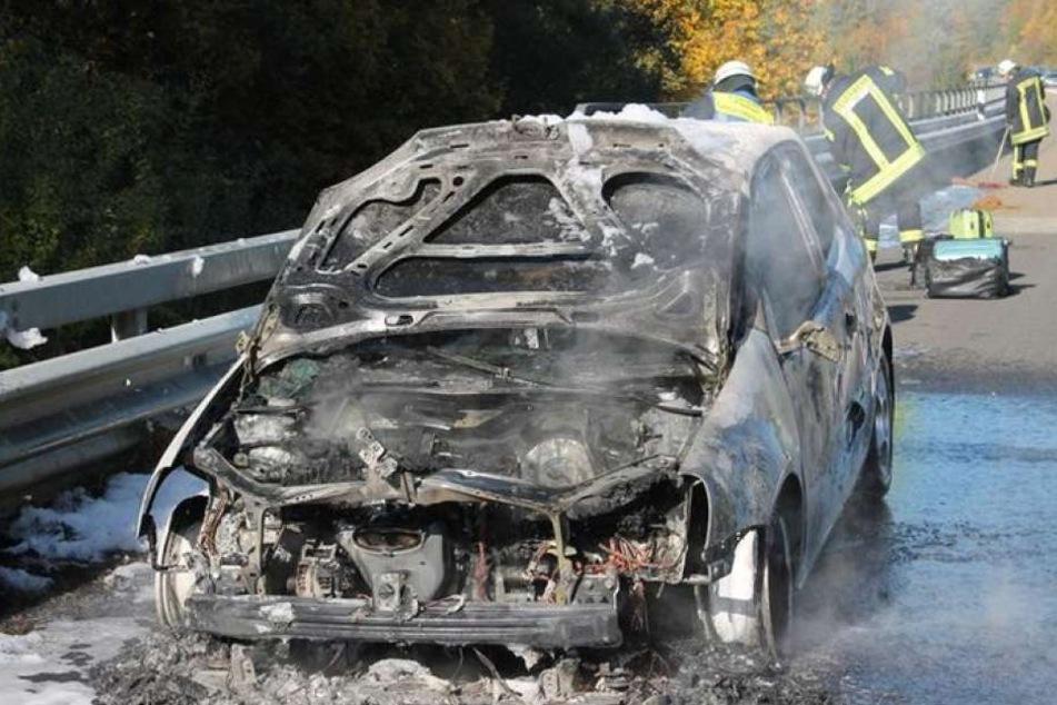 Plötzlich stand der Wagen komplett in Flammen.