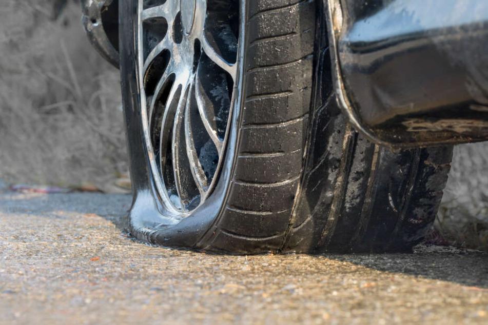 Die Krähenfüße beschädigten auch die Reifen Unbeteiligter. (Symbolbild)