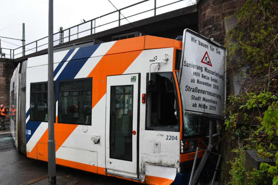 Straßenbahn mit Schulkindern an Bord entgleist