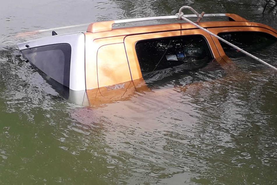 Das Auto versank zum größten Teil in den Fluten des Baggersees.
