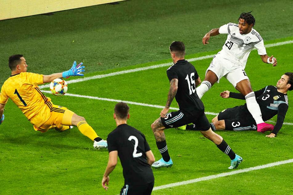 An allen vorbei: Serge Gnabry (Zweiter von rechts) trifft zum 1:0 für Deutschland.