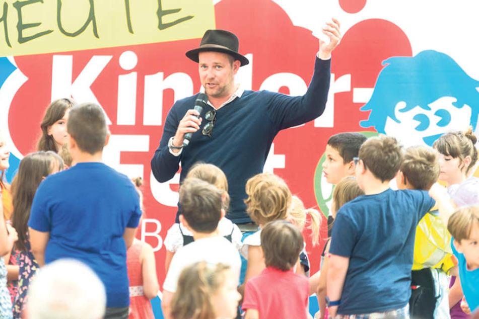 KiKA-Moderator Ben sorgte beim Kinderfest im Hauptbahnhof für  Begeisterung.