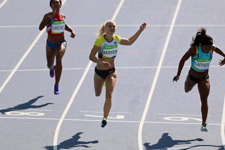 Die DLV-Sprinterin Lisa Mayer (M.) ist am Montag in Rio stark in die Olympischen Spiele gestartet.