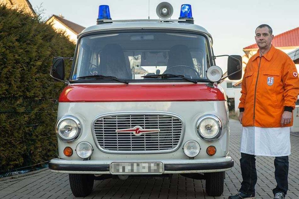 Sein ganzer Stolz: Enrico Schellenberg (42) und sein Barkas B1000 Krankenwagen.