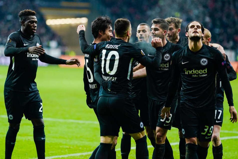 Die Spieler der Frankfurter Eintracht treffen im Sechzehntelfinale der Europa League auf...