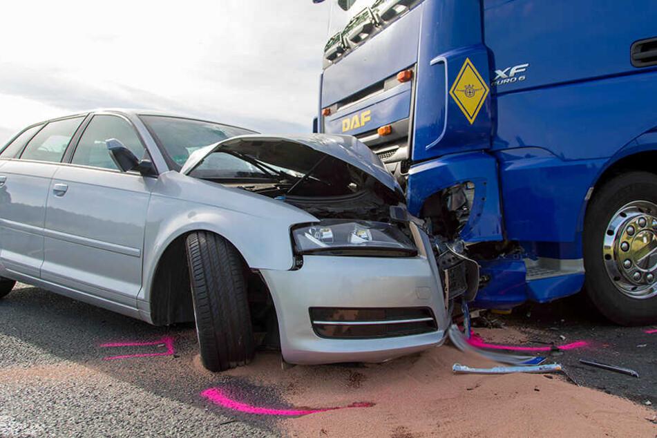 Laster will Auto ausweichen: Zwei Verletzte bei Frontalcrash