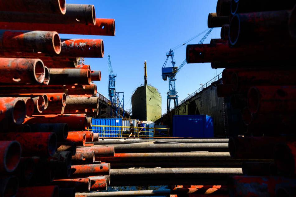 """Ein Blick auf das Marine-Segelschulschiff """"Gorch Fock"""", das in einem Dock der Bredo-Werft liegt."""