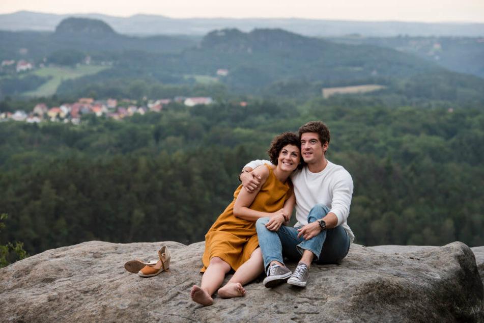 Allen Hindernissen zum Trotz sind Emilia (Liza Tzschirner) und Jonas (Philipp Danne) ) sich sicher: Sie gehören zusammen.