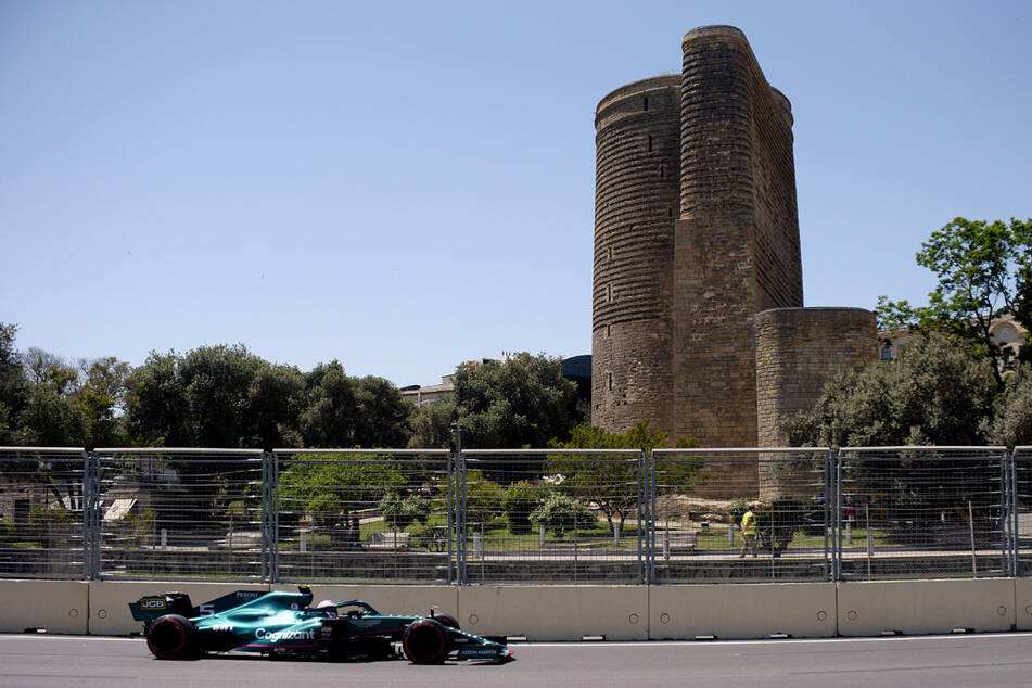 Sebastian Vettel aus Deutschland vom Team Aston-Martin steuert sein Auto auf der Rennstrecke.