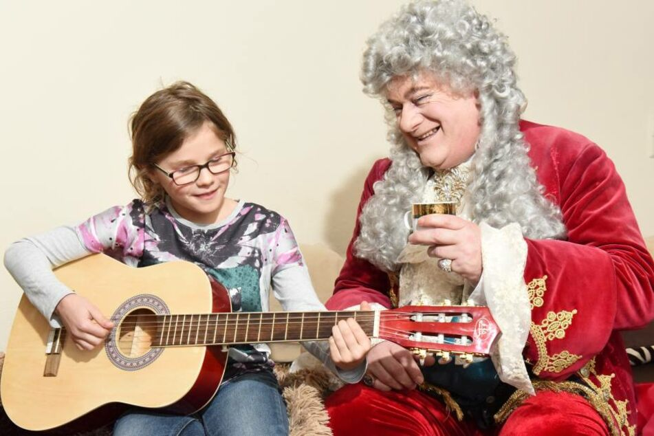 Ronja spielt August ein Lied auf der Gitarre vor. Seit einem Jahr nimmt die Prinzessin Instrumentenunterricht.