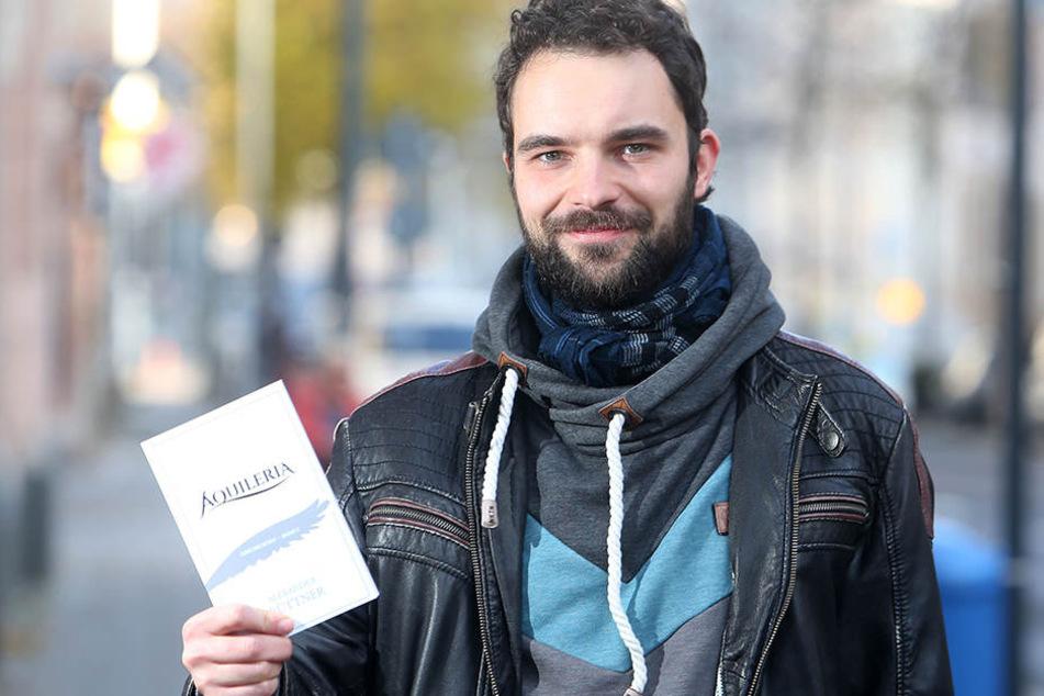 """Alexander Büttner mit seinem ersten Buch """"Aquileria""""."""