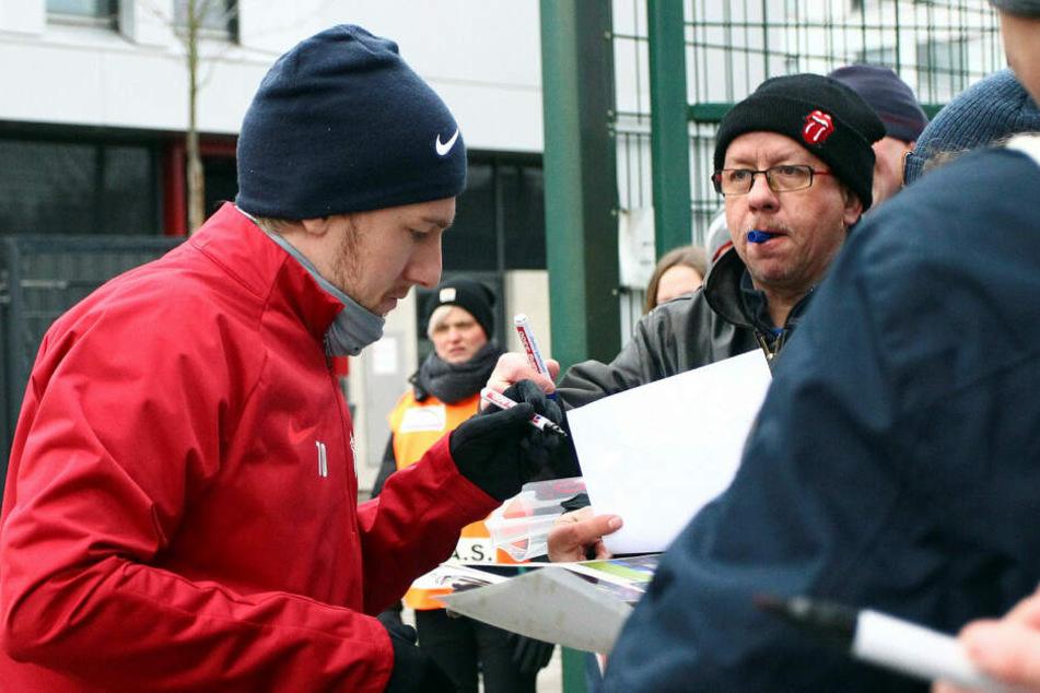 """Fans warten im Trainingszentrum am Cottaweg auf Autogramme von Spielmacher Emil Forsberg. Über die """"viele Liebe"""" der Anhänger hatte sich der Schwede während seiner Ausfallzeit sehr gefreut."""