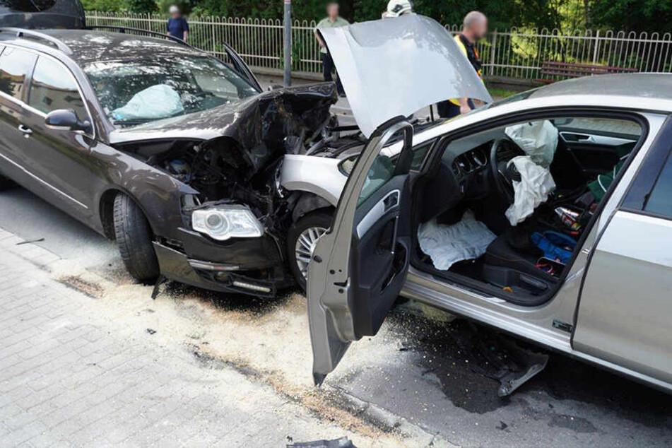 Die beiden VW krachten frontal ineinander.