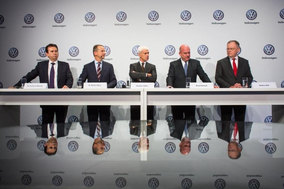 Die Volkswagen-Vorstände Karlheinz Blessing (vl), Herbert Diess, Matthias Müller, Bernd Osterloh und der niedersächsische Ministerpräsident Stephan Weil.