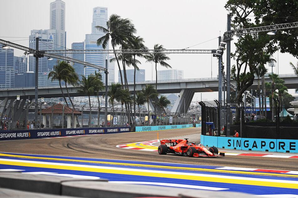 Sebastian Vettel (33) fährt in seinem ehemaligen Ferrari durch Singapur.