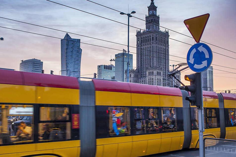 Weil in der überfüllten Bahn in Warschau Deutsch gesprochen wurde, ist ein Professor angegriffen worden.
