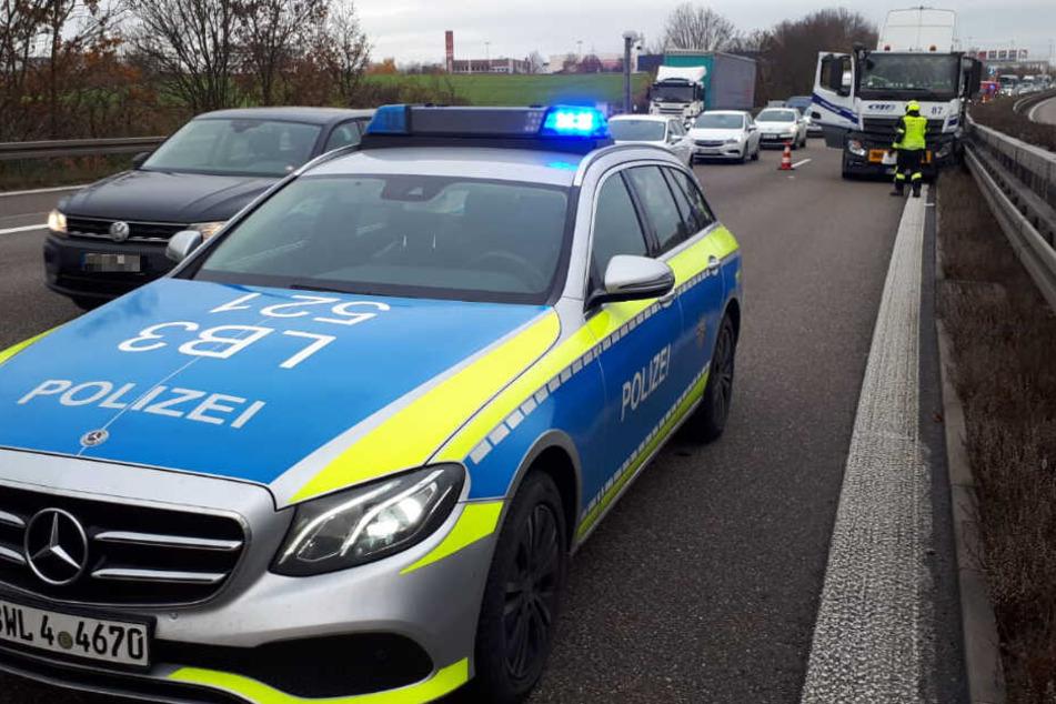 Stau auf der A81: Lkw kracht in Leitplanke, Fahrstreifen gesperrt