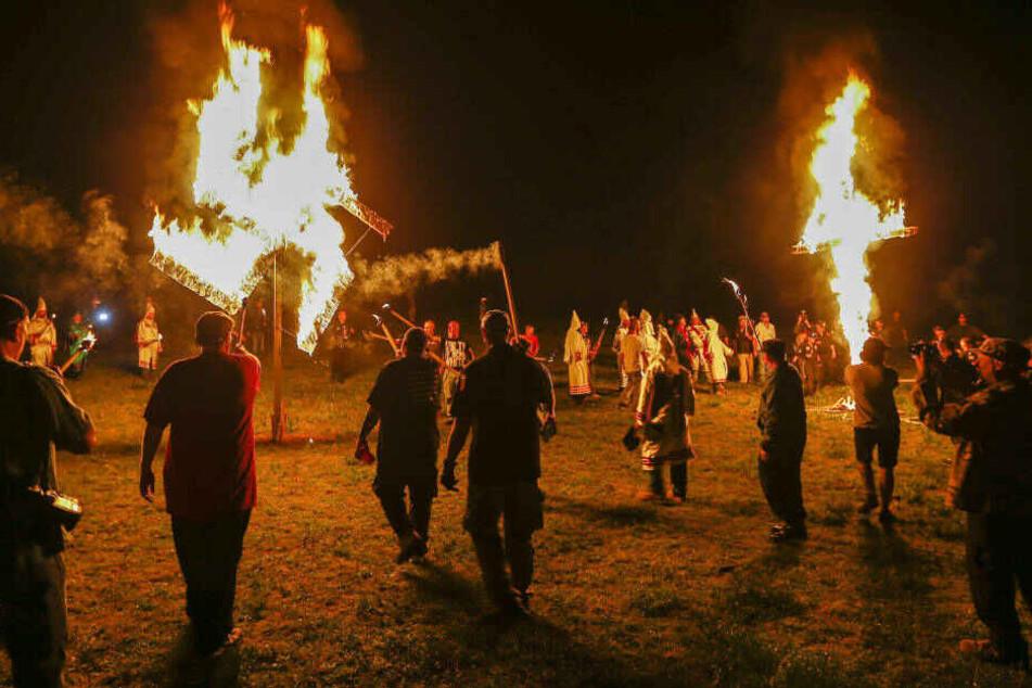 Symbole des Ku-Klux-Klans: eine brennende Swastika und ein brennendes Kreuz in Temple, Georgia.
