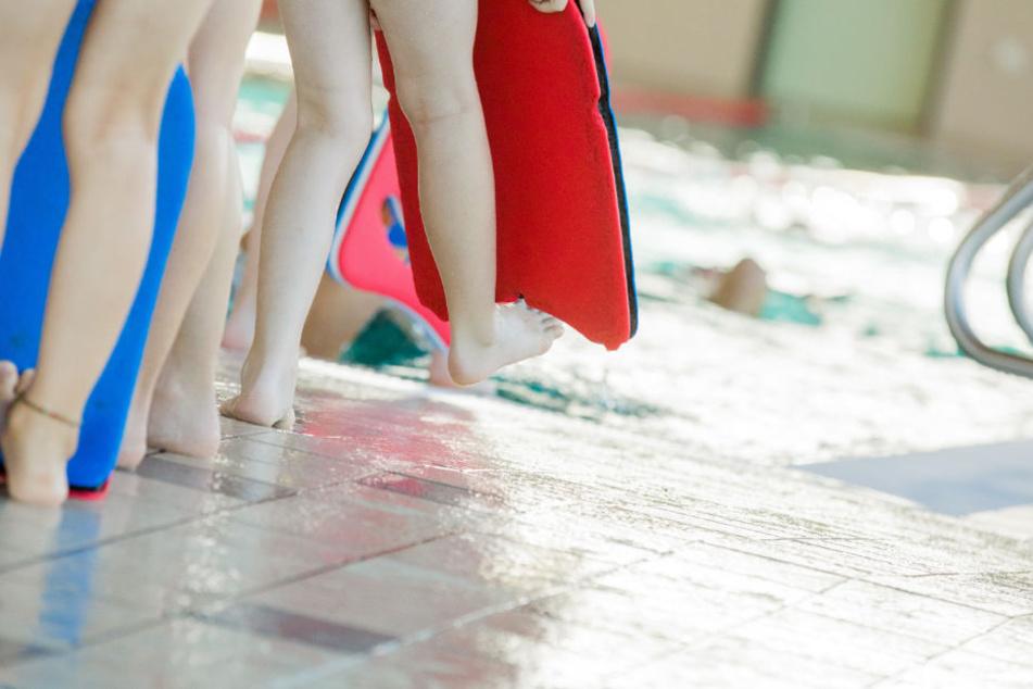 Während eines Schwimmkurses wurde der Sechsjährige auf dem Boden entdeckt. (Symbolbild)