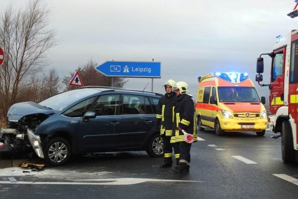 Bei dem Unfall sind zwei Personen verletzt worden.