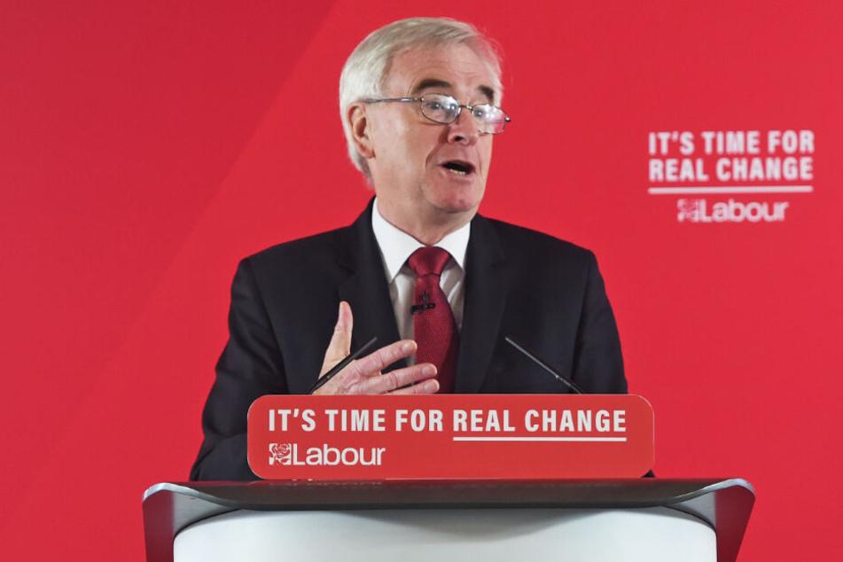 John McDonnell, Schattenkanzler der oppositionellen Labour-Partei, hält eine Rede über die Wirtschaft im Zentrum Londons.