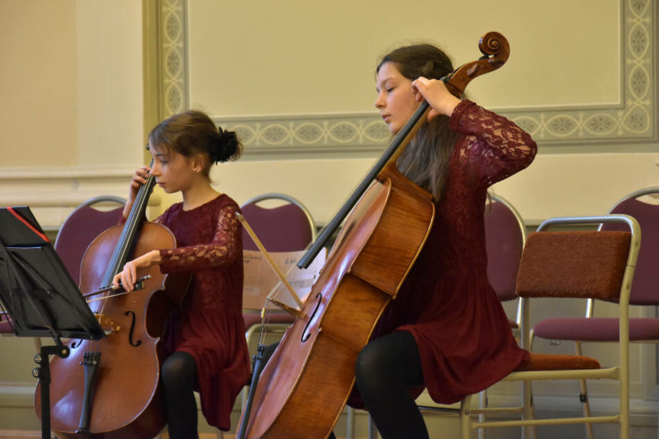 Jette Mathilde Schmidt und Clara Charlotte Böttger erspielten mit ihren  Cellos einen 1. Preis beim Landeswettbewerb.