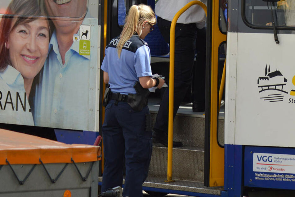 Als eine Straßenbahn abrupt bremste, verletzte sich eine 13-Jährige schwer.