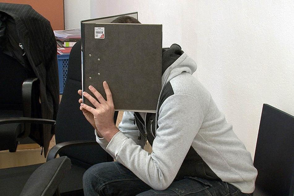 Der mutmaßliche Brandstifter versteckte sein Gesicht im Prozess hinter seiner  Akte.