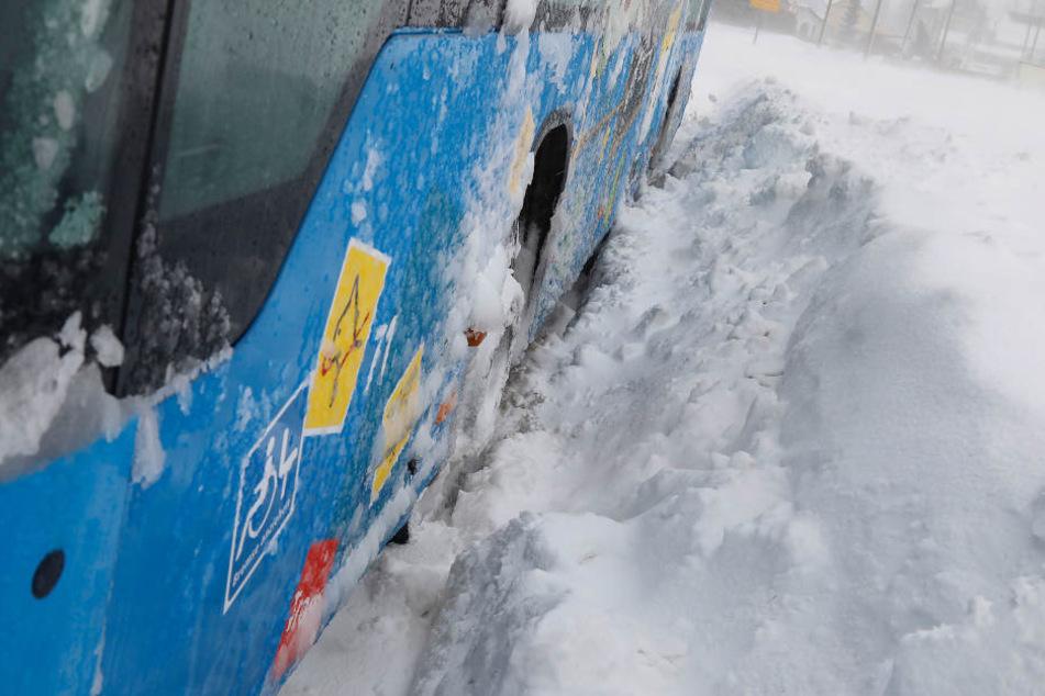 Die Reifen haben sich im Schnee komplett festgefahren.