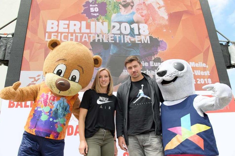 Maskottchen Berlino (li.) mit Hürdenläuferin Cindy Roleder (28) und Kugelstoßer David Storl (27).