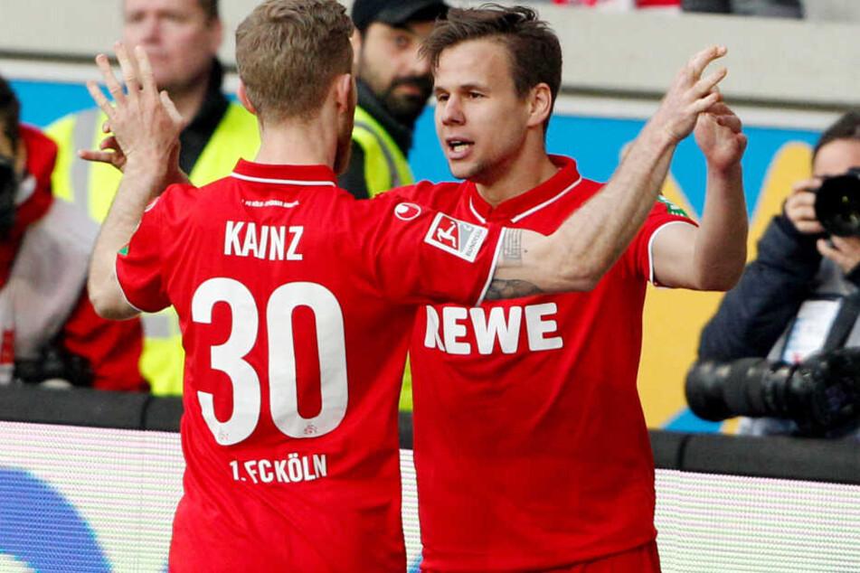 Florian Kainz bejubelt den Treffer seines Landsmannes Louis Schaub beim 4:4 in Duisburg
