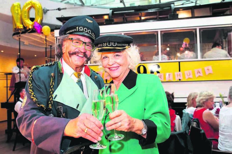 """Treten beide regelmäßig im Erlebnis-Lokal """"Dresden 1900"""" auf dem Neumarkt auf: Karl-Heinz Bellmann (71) und Dorit Gäbler (75)."""