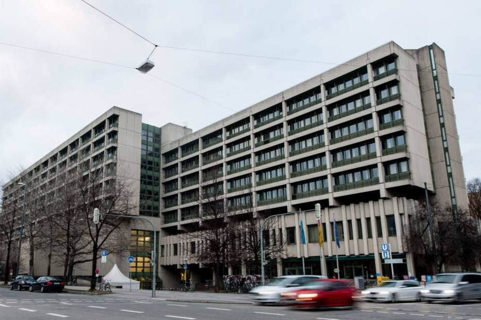 Vor dem Münchner Oberlandesgericht muss sich eine 27-Jährige wegen Mord durch Unterlassen verantworten.