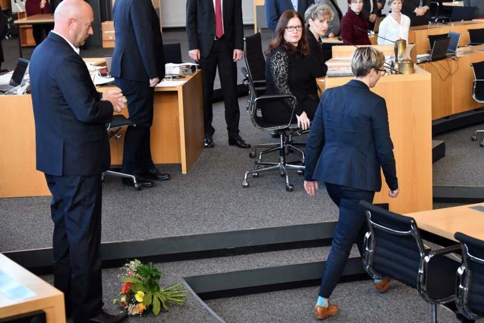 Anstatt Thomas Kemmerich zu gratulieren, hatte die Linken-Politikerin ihm den Blumenstrauß vor die Füße geworfen.