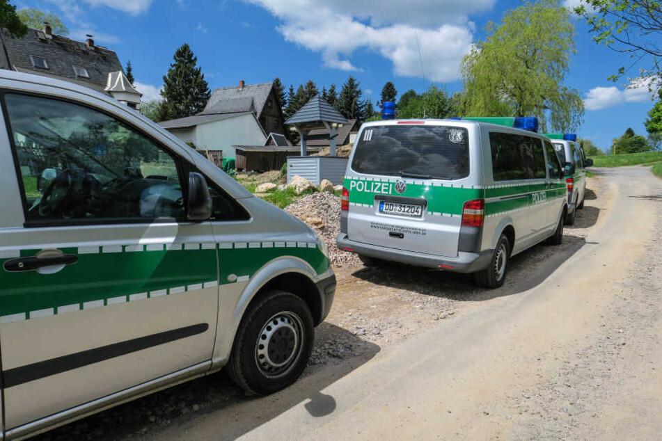 Zahlreiche Einsatzwagen am Grundstück, auf dem die Razzia stattfand.