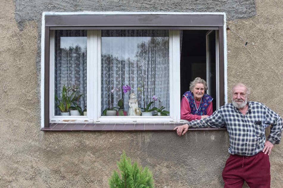 Erika Kühne (79) und Paul Urbanek (71) sind an einem Mehrfamilienhaus in dem kleinen Dorf Alwinenahe Domsdorf (Brandenburg) zu sehen.