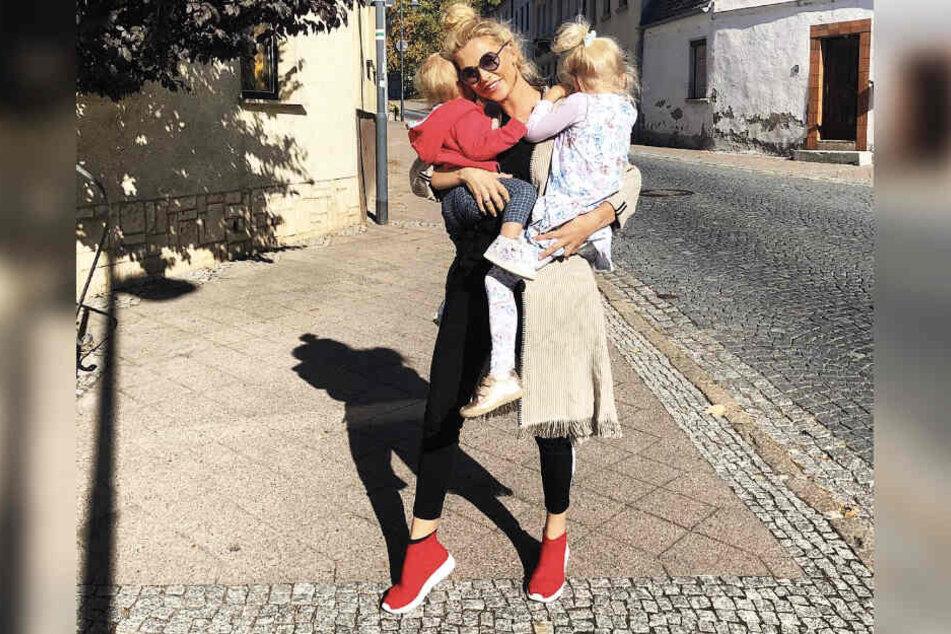 Geht voll in ihrer Mutterrolle auf: Sara Kulka mit ihren Töchtern Anabell (l.) und Mathilda.