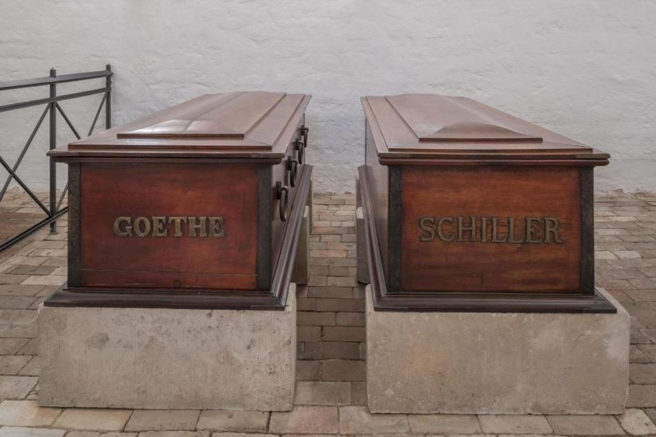 Särge von Goethe und Schiller in der Fürstengruft auf dem Historischen Friedhof in Weimar.