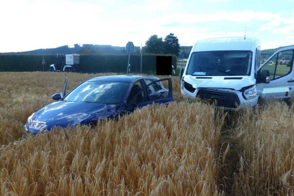 Auto und Transporter landen nach Unfall in Feld