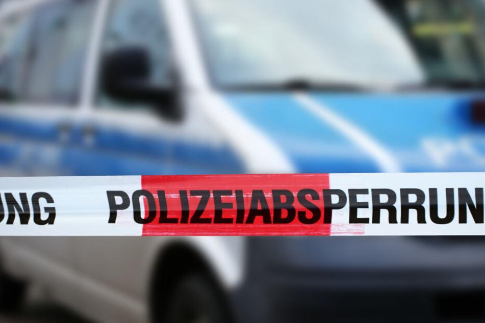 Die Polizei nahm am Tatort den verdächtigen Ehemann vorläufig fest.