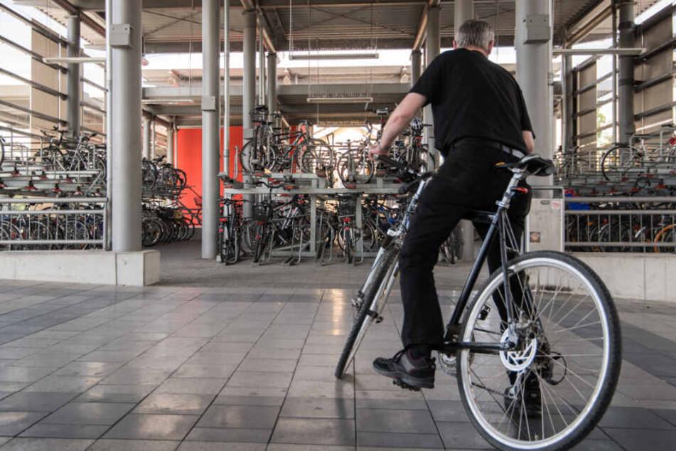 Während der Mann sich auf dem Heimweg mit dem Fahrrad befand, griff sein Kollege von hinten an. (Symbolbild)
