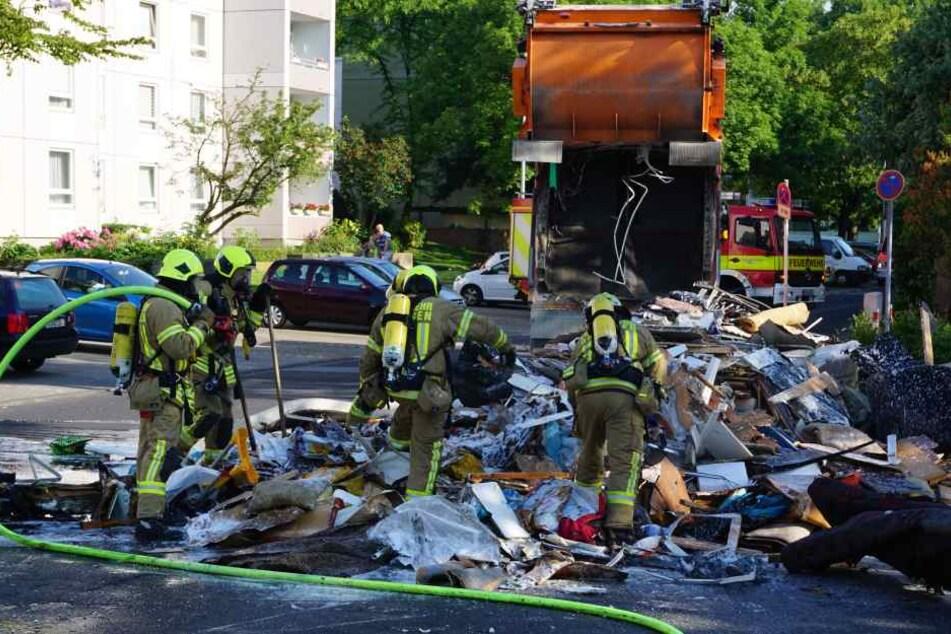 Die Feuerwehr konnte den auf die Straße gekippten Müll schnell löschen.