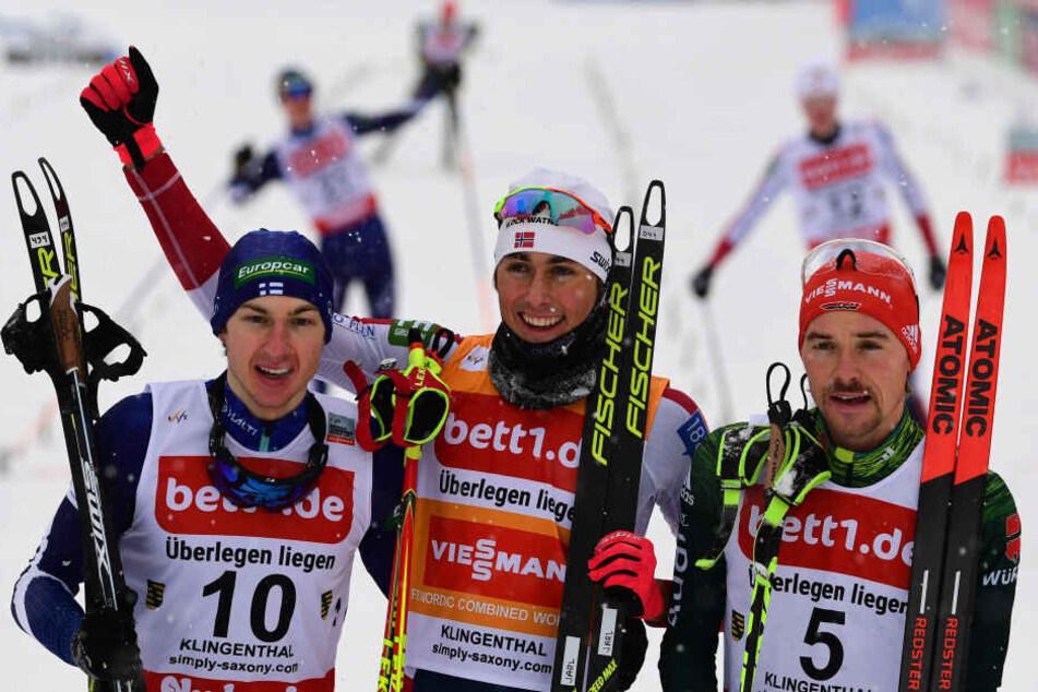 Jarl Magnus Riiber (M.) aus Norwegen gewinnt vor Ilkka Herola (li.) aus Finnland und Fabian Rießle aus Deutschland.
