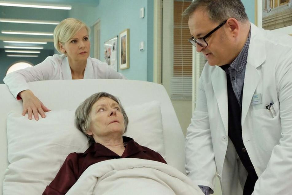 Seine Mutter Luise (Mitte) hat einen Tumor im Magen-Darm-Trakt. Für den Assistenzarzt bricht eine Welt zusammen.